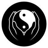 Hände, die yin Yang-Symbol anhalten Stockbild