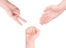 Hände, die Zeichen als Felsenpapier und -scheren machen lizenzfreie stockbilder