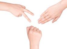 Hände, die Zeichen als Felsenpapier und -scheren machen lizenzfreie stockfotografie
