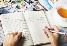 Hände, die Zeitschriften-Tee-Konzept schreiben lizenzfreie stockfotos
