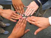 Hände, die zusammen Teamwork und Vereinbarung zeigen lizenzfreie stockfotografie