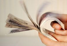 Hände, die Zwanzig Pfundanmerkungen anhalten Lizenzfreie Stockfotografie