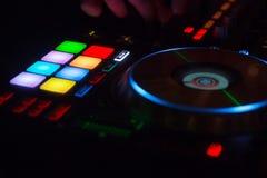 Hände DJ sind bemüht zu mischen elektronische Musik auf der Konsole Die DJ-Musik muss zum Publikum gespielt werden DJ müssen zu u lizenzfreie stockbilder