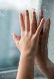 Hände durch Glas Lizenzfreies Stockfoto