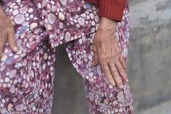 Hände einer alten Frau in der hellen Kleidung stockfoto