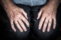 Hände einer alten Frau, die auf ihrem Schoss liegt Lizenzfreie Stockfotos