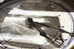 Hände einer alten Uhr Lizenzfreies Stockbild