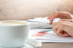 Hände einer Geschäftsfrau, die an Diagrammen arbeitet Stockfoto