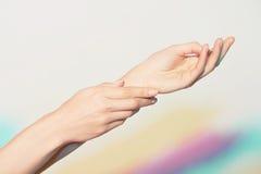 Hände einer jungen Frau Lizenzfreies Stockbild