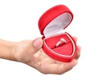Hände einer jungen Frau, die einen schönen Diamantring trägt Stockfoto