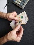 Hände eines älteren Mannes, der Argentinien-Banknoten zählt lizenzfreies stockfoto