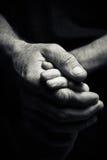 Hände eines älteren Mannes, der die Hand eines jüngeren Mannes hält Stockfoto