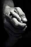 Hände eines älteren Mannes, der die Hand eines jüngeren Mannes hält Stockbild