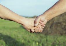 Hände eines älteren Paares im Freien lizenzfreie stockfotos