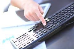 Hände eines Bürofrauenschreibens Lizenzfreies Stockbild