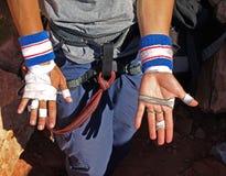 Hände eines Bergsteigers Stockbild