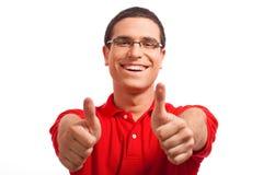 Hände eines glücklichen jungen Mannes, der sich Daumen zeigt Lizenzfreie Stockbilder