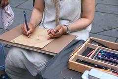 Hände eines jungen Fraukünstlers mit Bleistifte lizenzfreies stockfoto