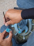Hände eines Künstlers bei der Arbeit Stockbilder