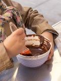 Hände eines Kinderspiels die mischende Schokolade des Patissiers in einer Schüssel Stockbilder