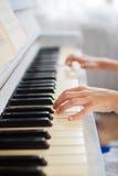 Hände eines Mädchens, welches das Klavier spielt Lizenzfreies Stockfoto