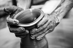 Hände eines Mannes, der Tonwaren auf Rad herstellt Stockfotos