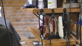 Hände eines Mannes mit elektrischen Scherern eines Weinlesefriseurs für Bart und Haar Beruffriseur, Friseur stock video footage