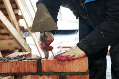 Hände eines Maurers an der Maurerarbeit Lizenzfreies Stockfoto