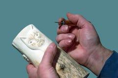 Hände eines Meisters macht Holzgriffmeißel in Handarbeit Lizenzfreie Stockbilder