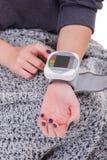 Hände eines messenden Drucks des Mädchens mit einem tonometer Nahaufnahme Getrennt lizenzfreie stockfotografie