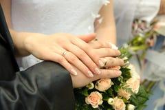 Hände eines neu-verheirateten Paares Stockfotografie