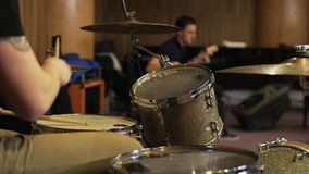 Hände eines Schlagzeugers Playing ein Trommel-Satz stock footage
