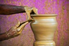 Hände eines Töpfers Stockfoto