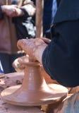 Hände eines Töpfers Stockbilder