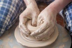 Hände eines Töpfers Lizenzfreies Stockbild