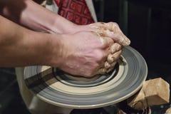 Hände eines Töpfers bei der Arbeit Stockfotografie