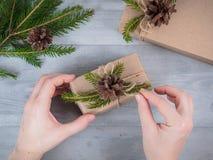 Hände geben eingewickeltes Weihnachtsfeiertagsgeschenk Lizenzfreie Stockfotografie