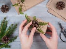 Hände geben eingewickeltes Weihnachtsfeiertagsgeschenk Lizenzfreies Stockfoto