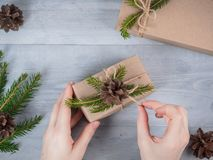 Hände geben eingewickeltes Weihnachtsfeiertagsgeschenk Stockbilder