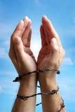Hände gebunden mit Stacheldraht Lizenzfreies Stockbild