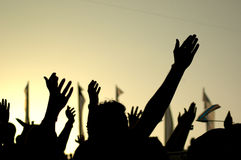 Hände gegen die Leuchte Lizenzfreie Stockfotos