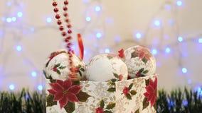 Hände genommen vom Kasten Weihnachtsbälle und -perlen stock video footage
