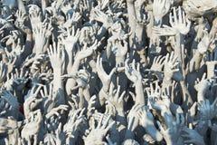 Hände gestalten in Wat Rong Khun. Lizenzfreie Stockfotos
