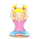 Hände gezeichnete Illustration des jungen lächelnden Mädchens im rosa T-Shirt und die blauen kurzen Hosen, die Yoga durch die Far Lizenzfreie Stockfotos