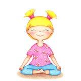 Hände gezeichnete Illustration des jungen lächelnden Mädchens im rosa T-Shirt und die blauen kurzen Hosen, die Yoga durch die Far Lizenzfreie Stockbilder