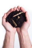 Hände hält Mutterboden mit Kugeln Lizenzfreies Stockfoto