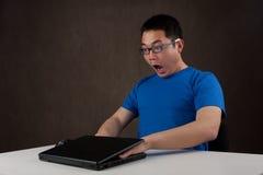 Hände hafteten in der Laptop-Computer Stockfoto
