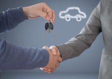 Hände halten Schlüssel vor Vignette mit Händedruck mit Auto Lizenzfreies Stockfoto