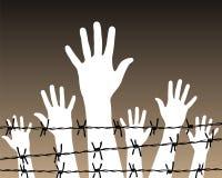 Hände hinter einem Stacheldrahtgefängnis Lizenzfreie Stockfotografie