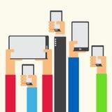 Hände hoben das Halten des flachen Designs des Smartphone und der Tablette an Lizenzfreie Stockfotos